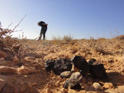 Chasseur de météorites dans le désert
