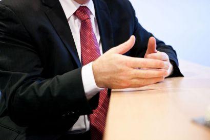 Gros plan sur les mains d'un homme en cravate