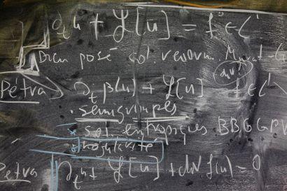 Écritures mathématiques sur un tableau noir