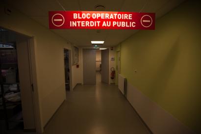 """Signalétique """"bloc opératoire"""" dans un couloir d'hôpital"""