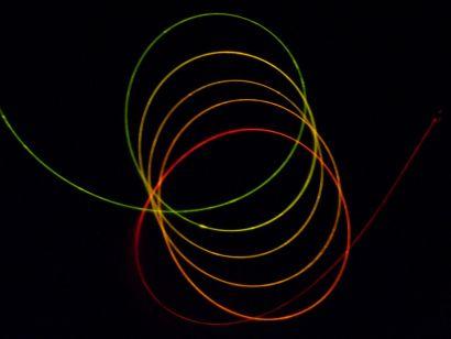 Fibre optique enroulée avec un jeu de couleurs.