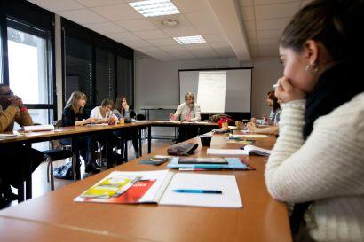 Etudiants en formation dans une salle de cours