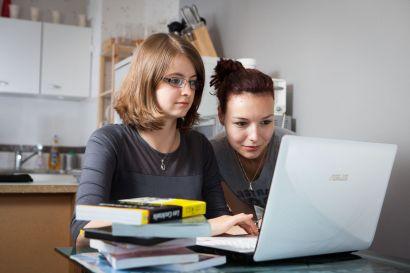 Deux jeunes femmes utilisant un ordinateur portable