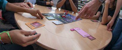 Partie de jeu de société entre étudiants