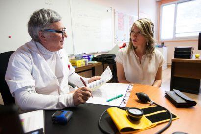 Un médecin en train d'interroger une étudiante.