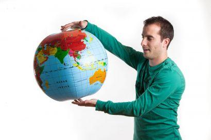 Homme avec un globe en plastique