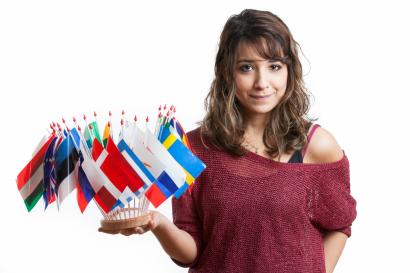Une étudiante tenant des drapeaux