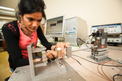 Une chercheuse du laboratoire FEMTO-ST travaillant sur un microgénérateur