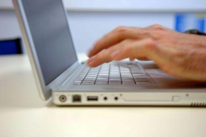 Une personne qui utilise son ordinateur