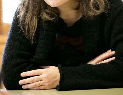 femme habillée en noir avec les bras croisés