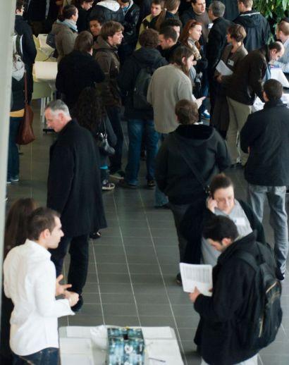 Visuel d'illustration avec des personnes discutant dans un hall