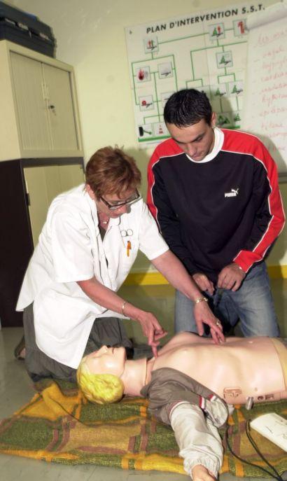 Entraînement au massage cardiaque sur un mannequin