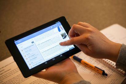 Une personne utilisant une tablette