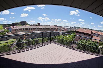 Vue sur la ville de Belfort depuis la terrasse du 3ème étage du bâtiment Louis Néel.