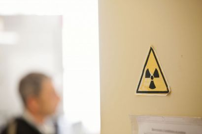 Un autocollant avec le symbole de la radioactivité collé sur une porte