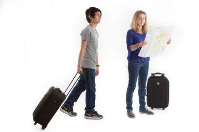 Etudiants avec valise