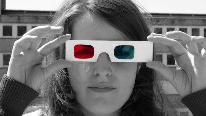 Une femme avec des lunettes 3D sur le nez