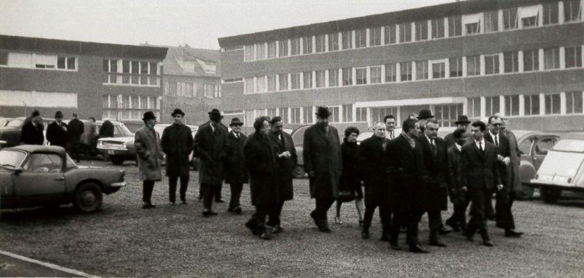 Photo d'archives avec un groupe de personnalités officielles visitant un site.