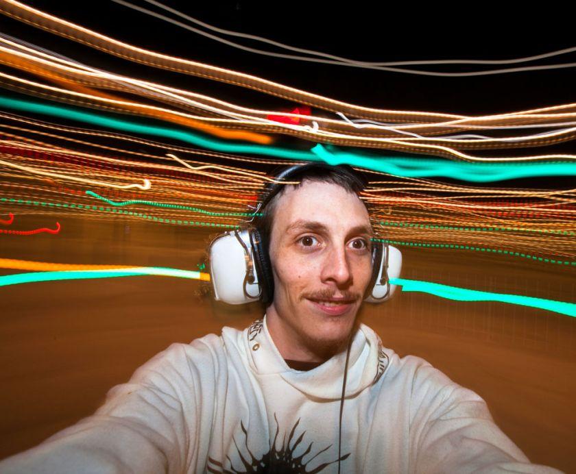 Un homme avec un caque et des rais de lumière qui filtrent du casque