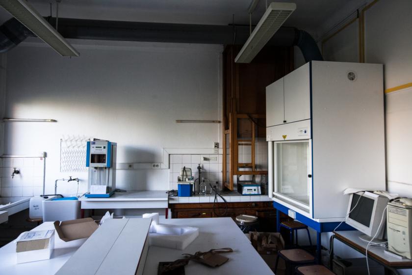 Une salle de travaux pratiques avec une ancienne hotte en bois et une nouvelle.