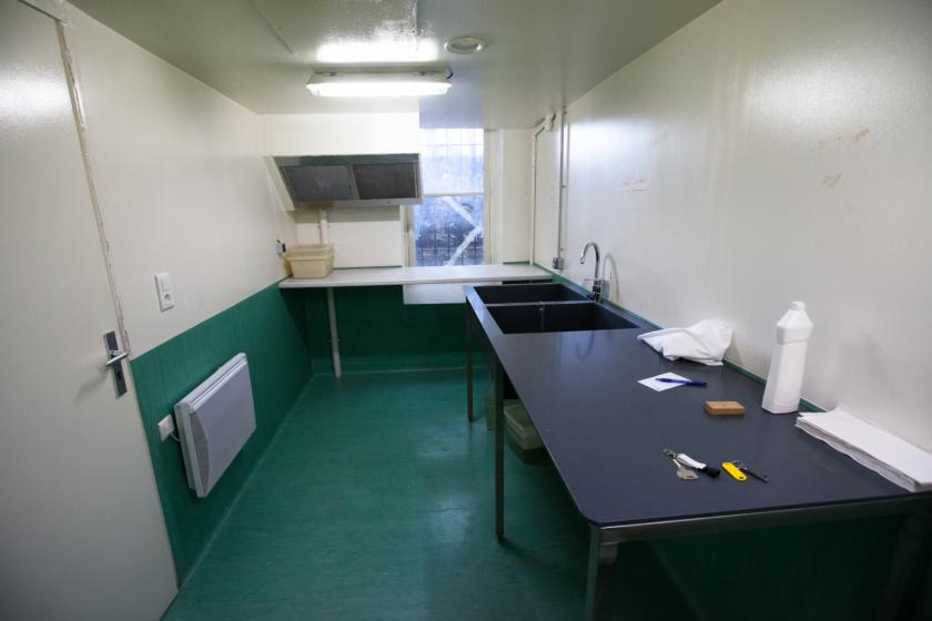 Vue d'une pièce avec deux évietrs, une hotte et un plan de travail