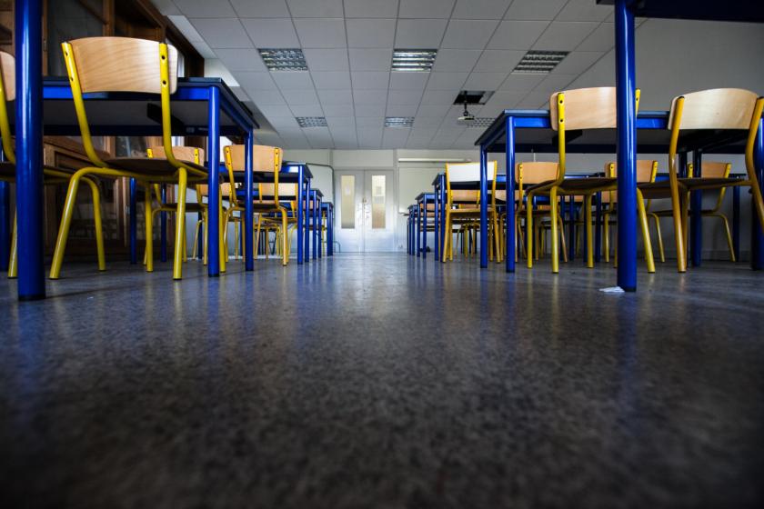 Une salle de cours, vue du sol.
