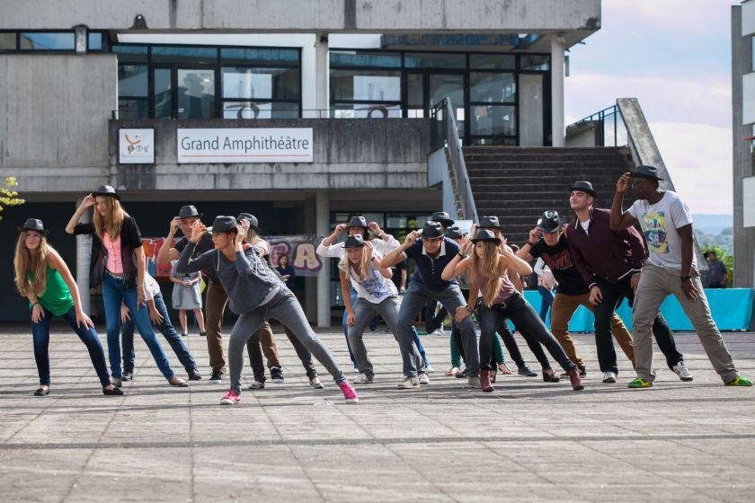 Petite chorégraphie de danse interprétée par des étudiants