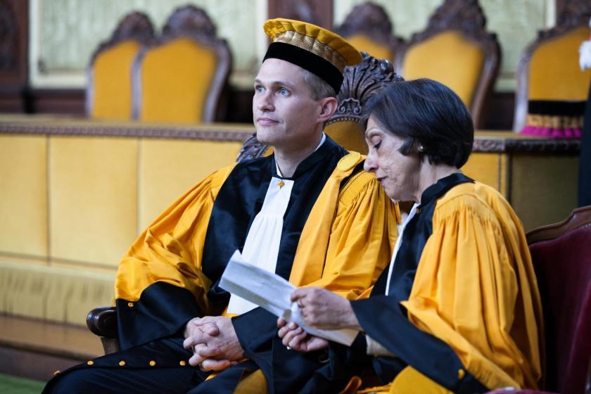 David Vann et Zeenath Saleh, en toge lors de la cérémonie