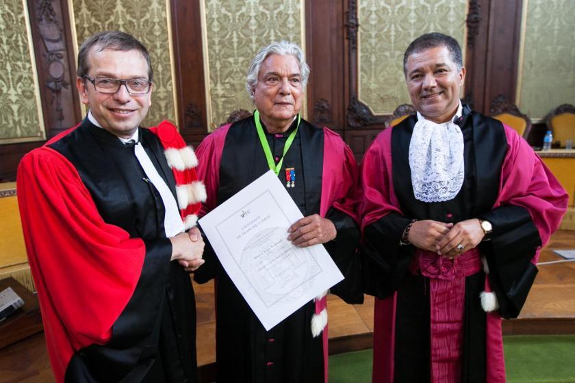 Philippe Humbert, Roger Pradineau et Jacques Bahi en toge lors de la cérémonie.