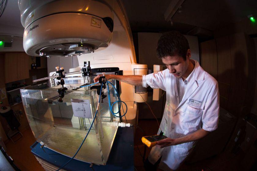 Damien Radeade réalise des mesures dans le service radiothérapie.