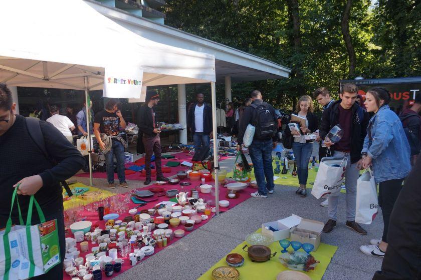 Une sorte de brocante avec de nombreux étudiants sur le parvis de la BU Proudhon sur le campus de la Bouloie.