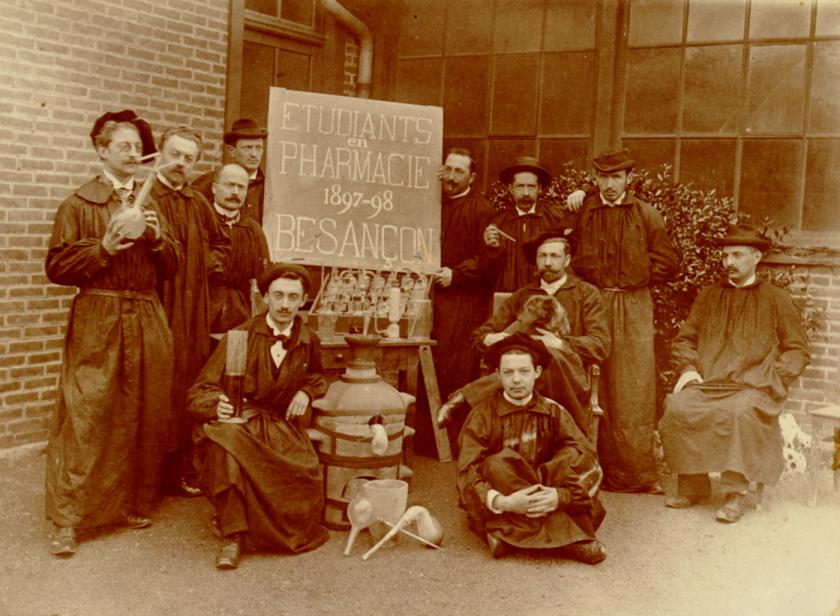 Photo d'archives datée de 1870 représentant un groupe d'étudiants en pharmacie de Besançon