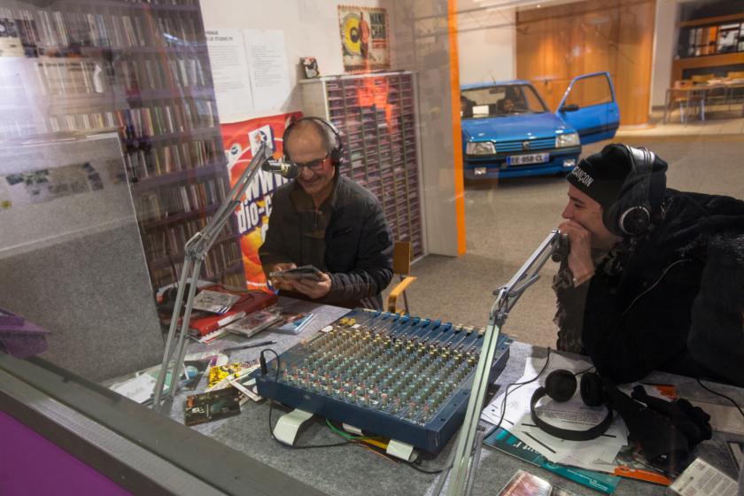 Des personnes dans un studio radio.