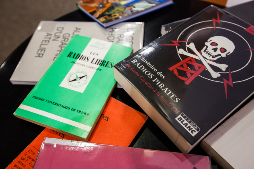Des livres titrant sur les radios pirates
