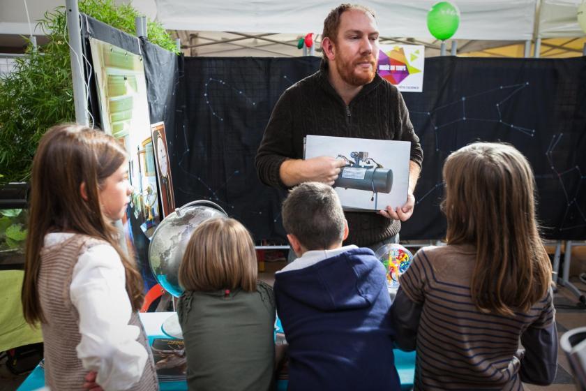 Fabien Kuntz, animateur, devant quatre enfants
