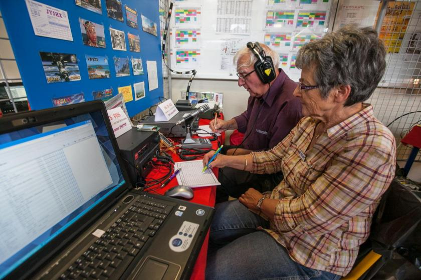 Deux personnes âgées font de la radio