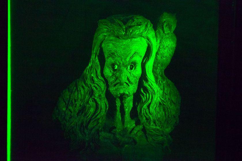 Hologramme d'une statue de la vouivre avec une chouette.