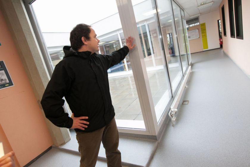 Thomas Durupt montre des baies vitrées