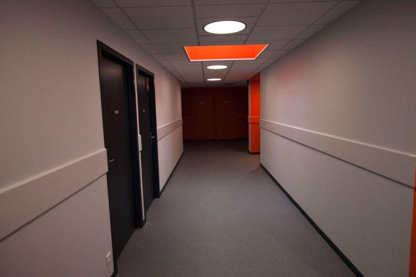 Un couloir vide dans des locaux tous neufs.