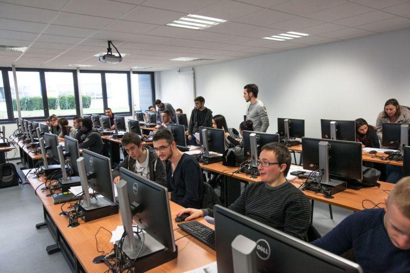Une salle informatique pleine d'étudiants.