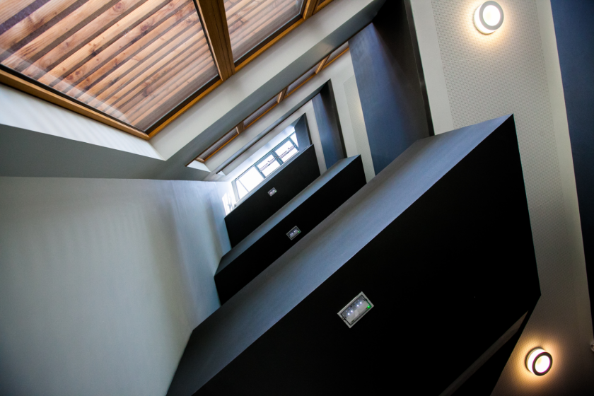 Vue du dessous d'une série d'escaliers et d'étages.