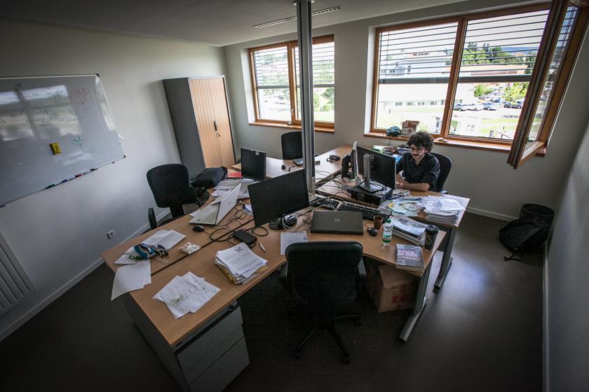 Un jeune homme en train de travailler dans un bureau.