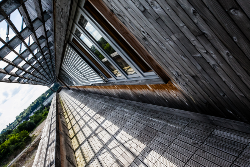 Vue en perspective d'une très grande terrasse en bois.