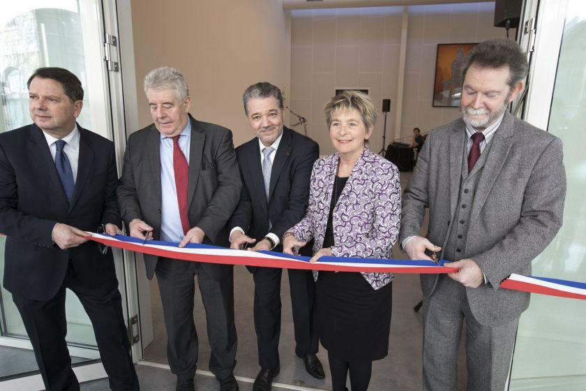 Raphael Bartolt, Jean-Louis Fousseret, Jacques Bahi, Marie-Guite Dufay et Jean-François Chanet en train de couper un ruban bleu blanc rouge.