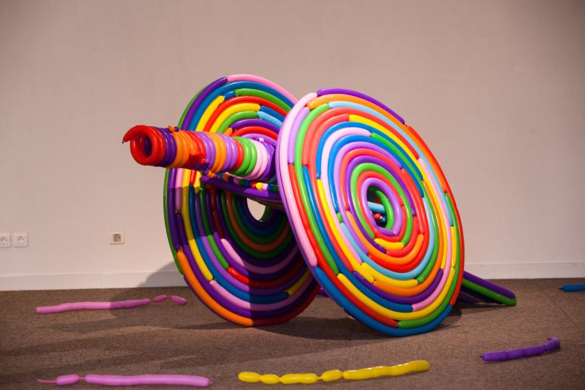 Oeuvre de Hans Hemmert représentant un canon fait de ballons de baudruche multicolore.