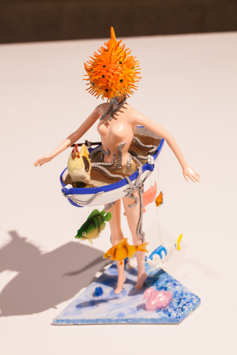 Sculptures de Marcellin Brissoni réalisées à partir de jouets avec une barbie à tête de poisson.