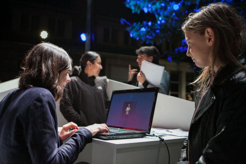 Une femme pianote sur un ordinateur.