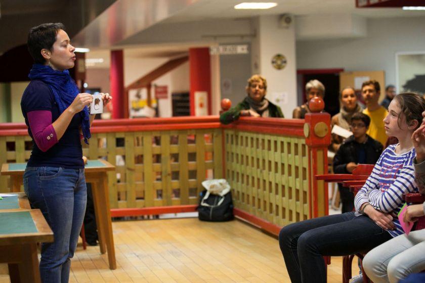 Une jeune femme présente une photo de rongeur au public.