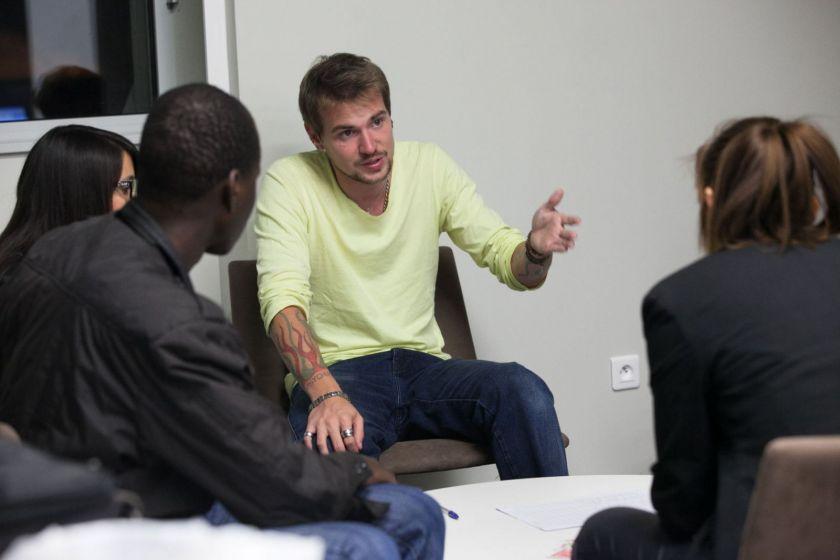 Un jeune homme explique des choses à un public.