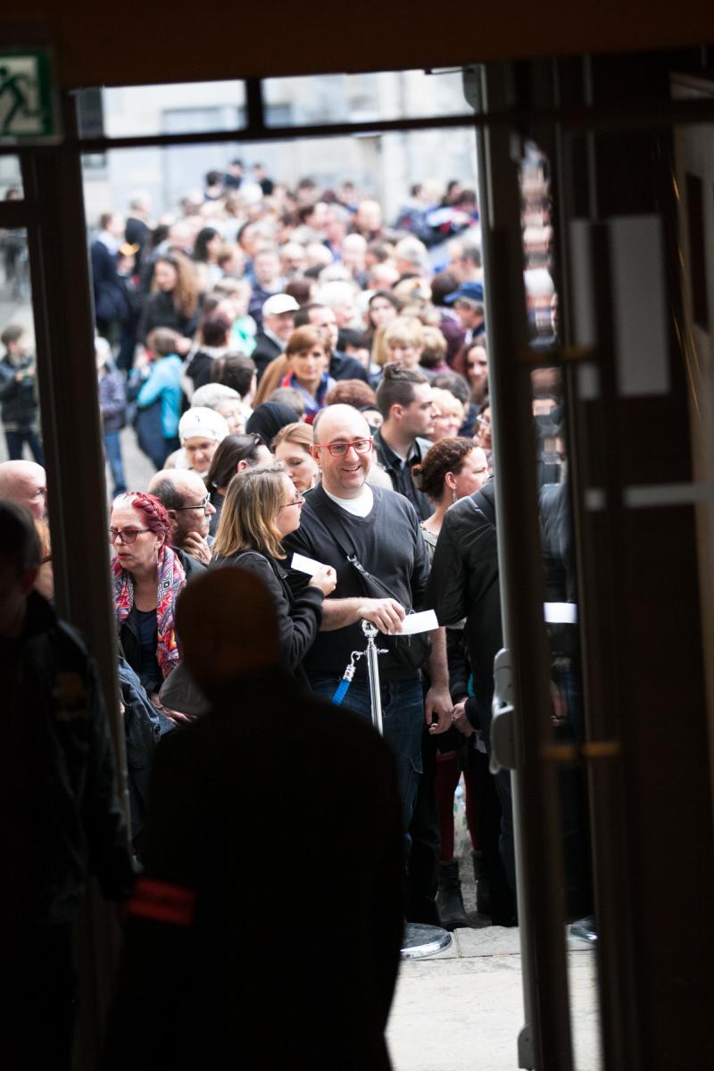 Une foule devant l'entrée du Kursaal.